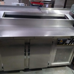 Cooling cabinet with saladette