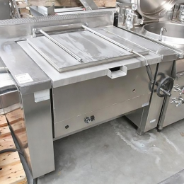 Manuel tilting industrial frying pan on gas
